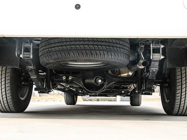房车的底盘是其安全性能的重要保障,览众房车所采用的是在皮卡房车中独一无二的房车专用底盘,可靠性很高。前悬挂为双横臂式扭杆弹簧独立悬挂,后悬挂为钢板式弹簧非独立悬挂。