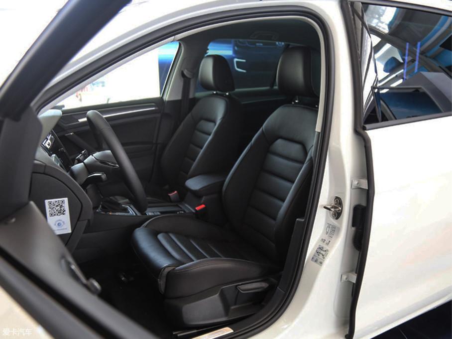 e-Golf的座椅采用皮质包裹,椅垫宽大柔软,对身体的包裹性很强。实拍车型采用手动调节,并且前排座椅配备有加热功能。