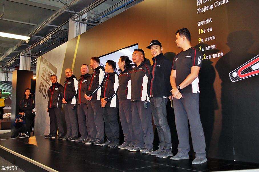 """熟悉的AMG教练团队令人倍感温馨,总共11位""""老司机""""来自德国、波兰、香港、澳门、新加坡、马来西亚等多个地区,并且他们都是现役或退役的职业赛车手。"""