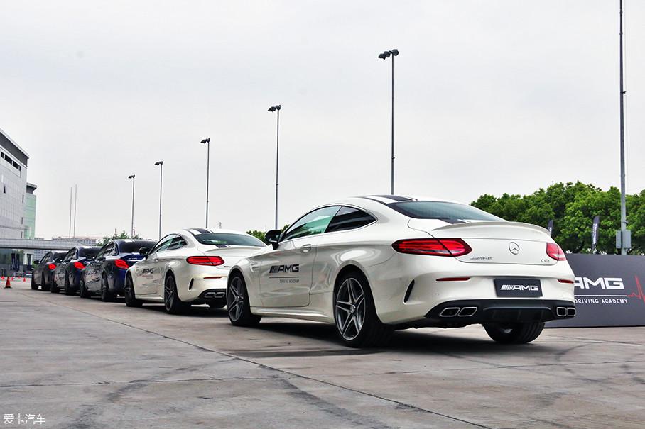 """为展现出ESP的强大,厂商选择了AMG漂移课程的御用车辆——C63 Sedan与Coupe进行测试。这两款算是AMG家族最为""""简单粗暴""""的车型,V8+后驱+机械差速器的组合赋予了它们纯粹的秉性。"""