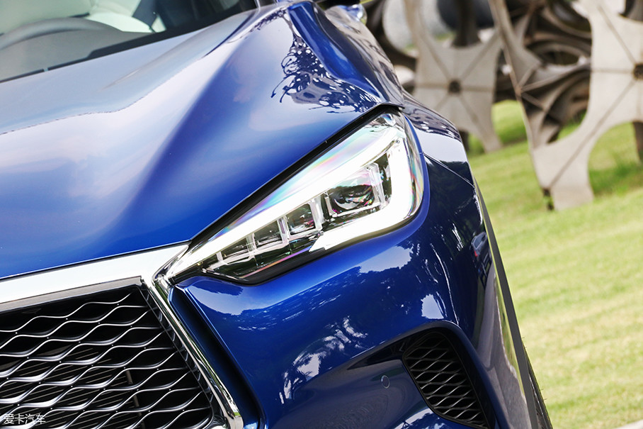 全新QX50全系大灯光源均为LED,高配车型还具有随动转向大灯和远/近光灯自动切换。大灯造型方面,扁平化的设计取代了老款略显怪异的造型,更具精气神儿。