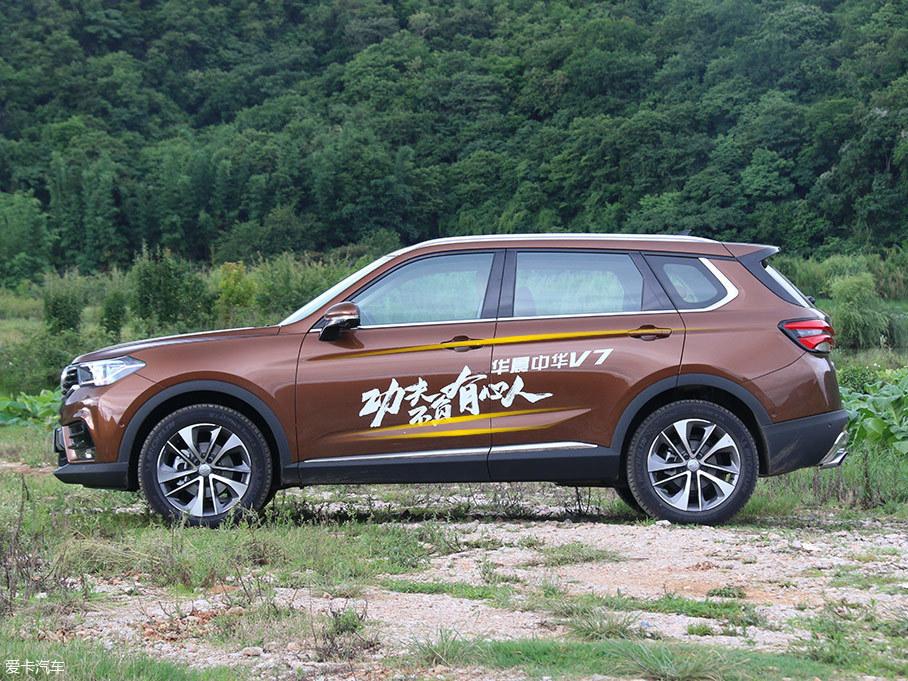 """两条腰线的设计遵循了中国书法""""入笔藏锋,出笔显锋""""的手法,稳重之余为车身增添了向前俯冲的劲力和动感。突出的轮眉设计为中华V7注入了些许野性,并让车身力量感十足。"""