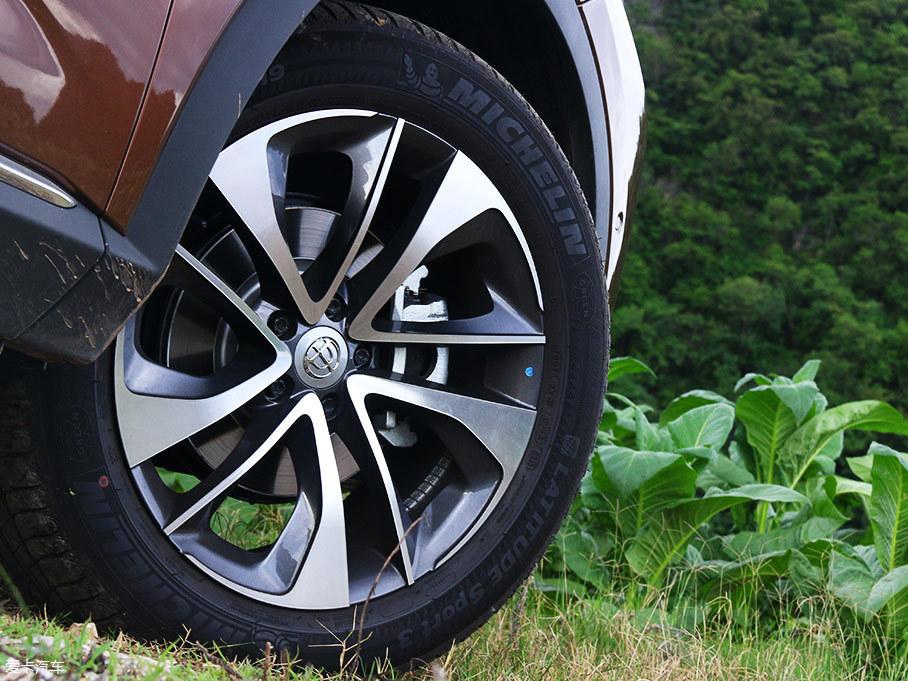 中华V7所搭载的轻质铝合金轮圈造型犀利,并经过了空气动力学优化,轮胎采用100%针对公路路况的米其林揽途SPORT 3,规格为235 /55 R19。