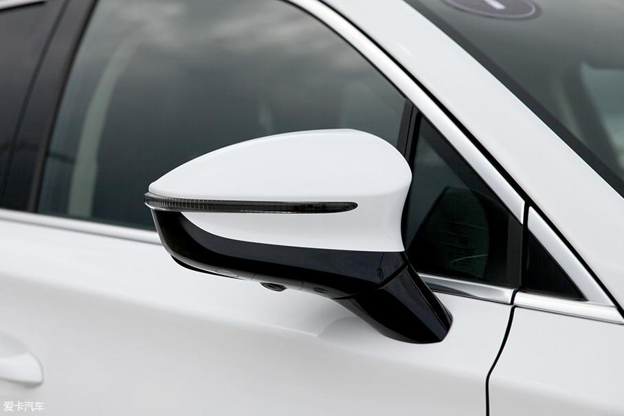 外后视镜采用双色设计,内嵌有转向灯和全景摄像头。后视镜位置被固定在了车门上,有利于减少驾驶员盲区。