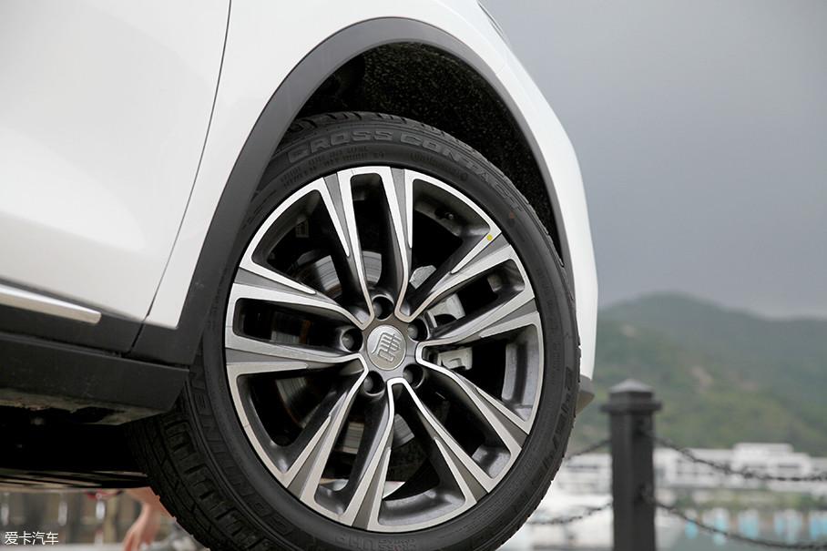 唐使用了20英寸的双色轮圈,轮胎使用马牌,规格为245/45 R20。