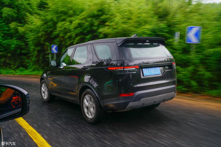 8挡手自一体变速箱在D挡模式下升挡十分积极,从而保证燃油经济性。车内的乘客感受不到变速箱的抖动和换挡顿挫。转动换挡旋钮进入S挡,动力的释放会更加积极,变速箱也会尽量让发动机保持高转,让山路驾驶的上坡路段变得更加轻松。