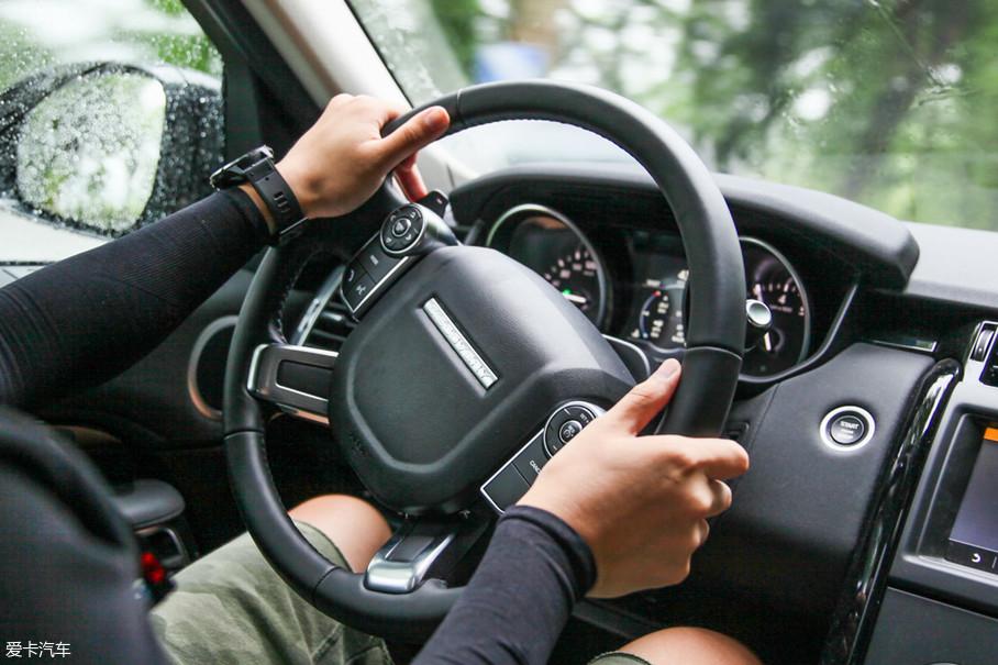 方向盘的后方配有换挡拨片,变速箱对拨片的响应很迅捷,山路驾驶的时候它们甚至让人有些爱不释手。但是如果拨片的手感能加强一下就更好了,现在拨动它们感觉比较松散,没有Click、Click那样紧致的感觉。