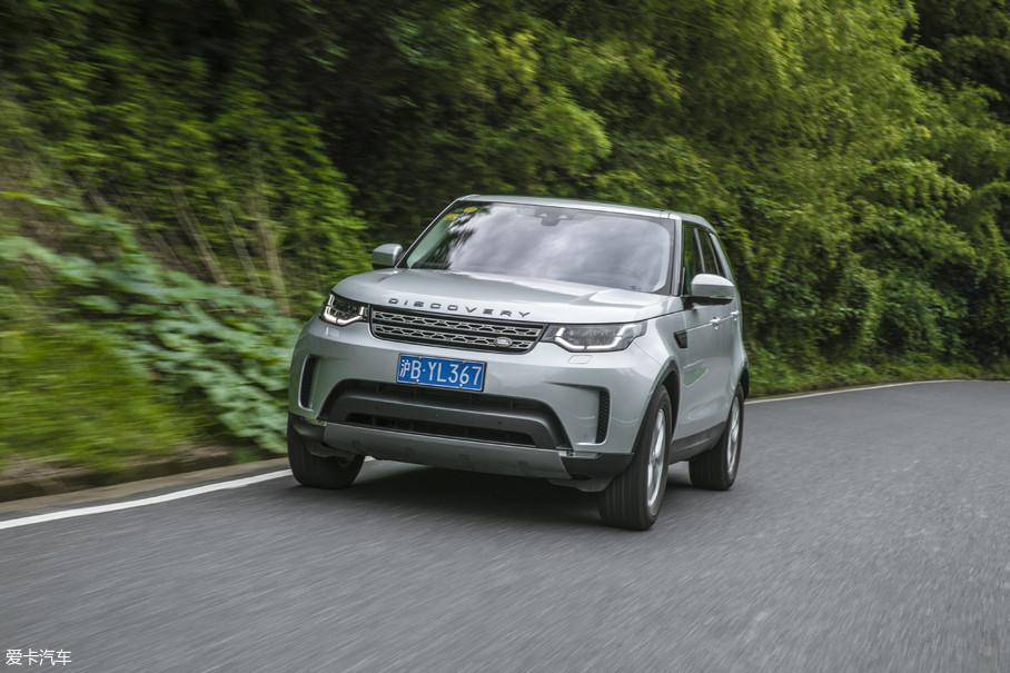 """全新发现的车身使用了大量的铝,车身重量相比上代车型降低了193kg,改车时候我们常说:""""宁少十马力,不多一公斤。""""车身的轻量化对于车辆公路性能的提升是立竿见影的,再加上这代车型取消了公路性能表现不佳的非承载式车身,因此这辆全新发现的公路性能全面超越了上代..."""