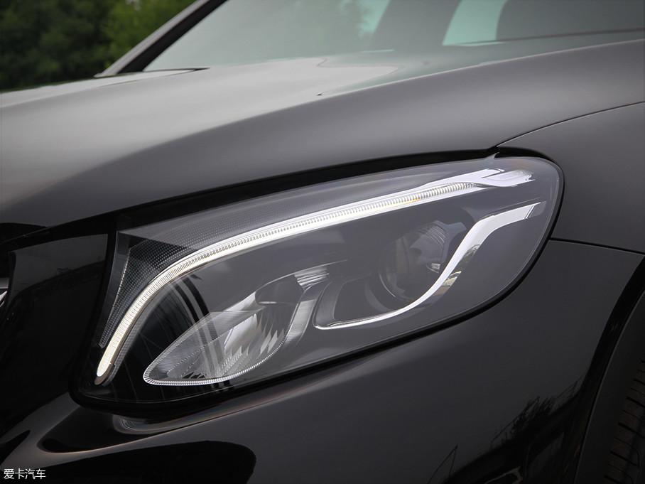 GLC的大灯采用了LED灯源,同时上方的LED日间行车灯带极具识别度,远处看上透露着凶悍的气息。