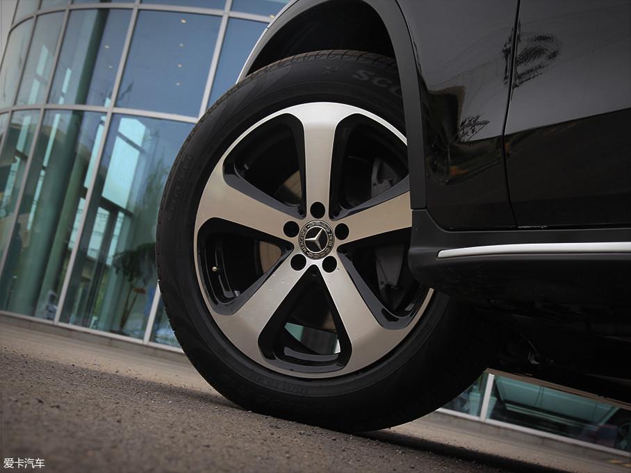 实拍车装配了类似刚性战斧的五辐双色铝合金轮圈,给人以十分具有冲击感的视觉效果。轮胎选择了PIRELLI(倍耐力)的SCORPION(蝎子)系列,尺寸为235/55 R19。