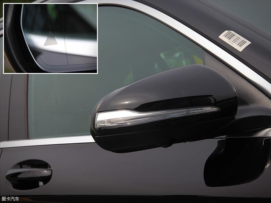 GLC的外后视镜略显修长,同时集成了转向灯与车辆两侧全景摄像头。此外,实拍车还标配了并线辅助功能。