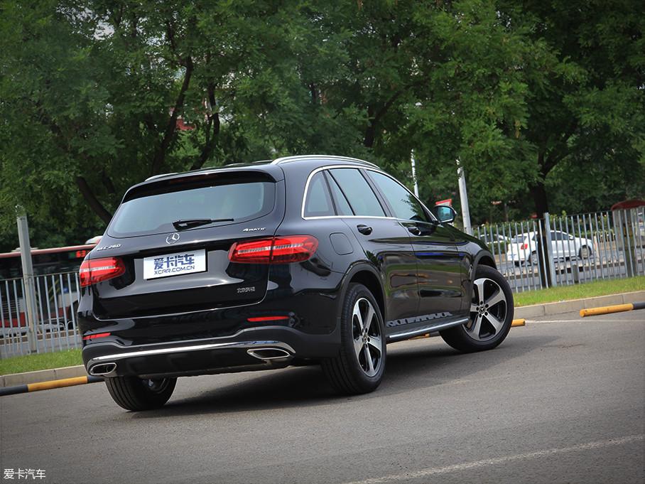 车尾部分充分展现了奔驰的设计功底,LED尾灯光源具有很强的家族基因,同时双出排气与后备厢融合等设计细节让奔驰GLC显得十分精致。