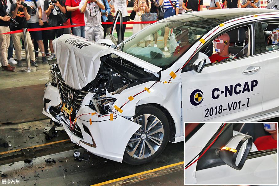 """从碰撞后的""""尸体""""可以看出,睿骋CC的车头只剩下了一半长度,不仅前脸内陷,连发动机盖都被弯折了起来。由于惯性向前折断的后视镜也反映出了撞击力度之大。"""
