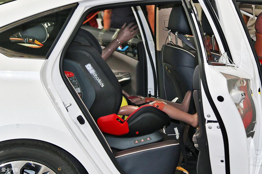 测试人员在睿骋CC的后排安装了儿童安全座椅,可以模拟车祸对椅中儿童的伤害。虽然碰撞成绩还未公布,但从现场结果来看,我对睿骋CC很有信心。