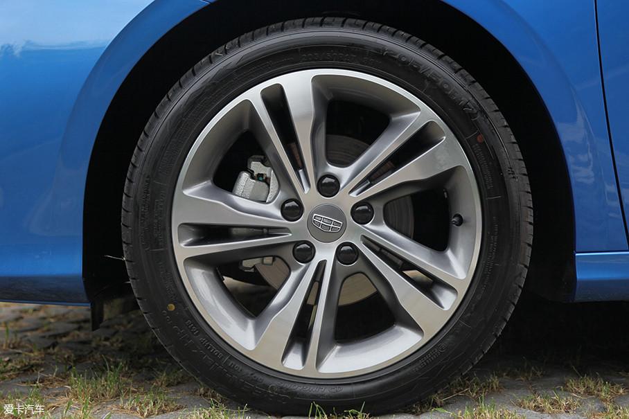 双五辐的17寸轮圈充满动感,使用的轮胎规格为205 50/R17,属于偏向舒适性和节能的玲珑GREEN MAX HP轮胎。