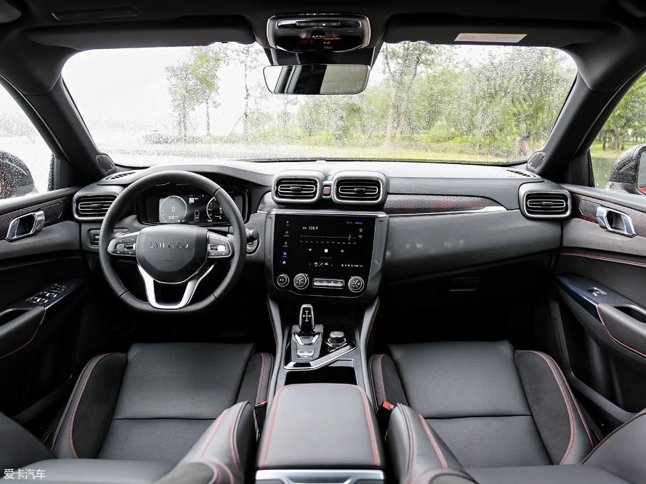 领克03内饰采用家族式布局,中控台整体向驾驶员一侧倾斜,方便操作。虽然以黑灰色调为主,但印花饰板、银色金属色装饰和红色缝线的加入让车厢内并不沉闷。