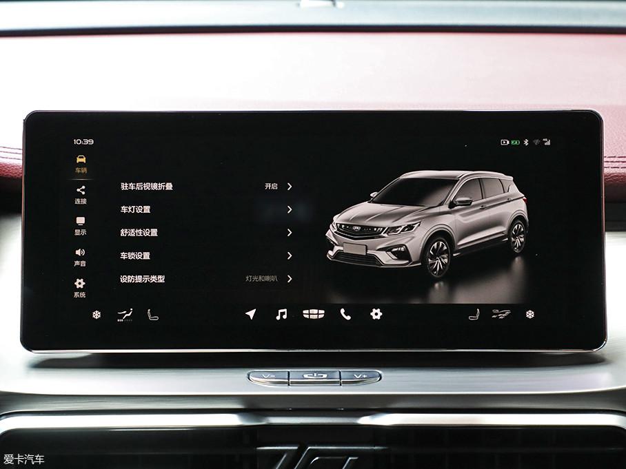 中控彩色屏幕采用悬浮式造型,显示效果细腻,触摸控制方式也迎合了目前年轻消费群体的喜好。内置车机系统界面美观,信息丰富。