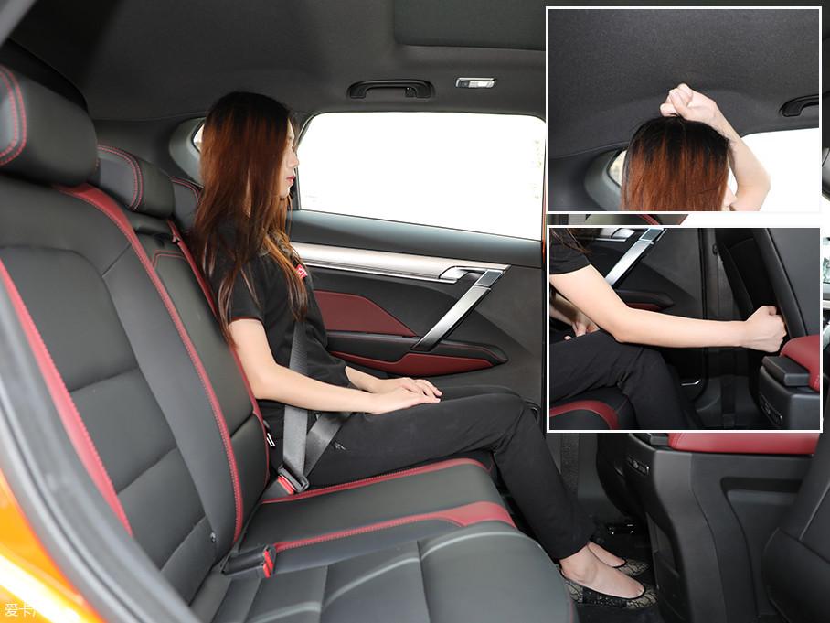 保持前排座椅位置不变,体验者来到后排。此时头部剩余空间为一拳,腿部剩余空间则达到了一个小臂的长度,空间表现令人满意。