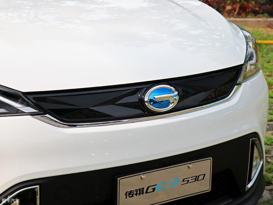 """""""凌云翼""""式的家族特征依旧出现在新款车型之上,全封闭的前进气格栅上蓝色的LOGO彰显其新能源车型的身份。"""