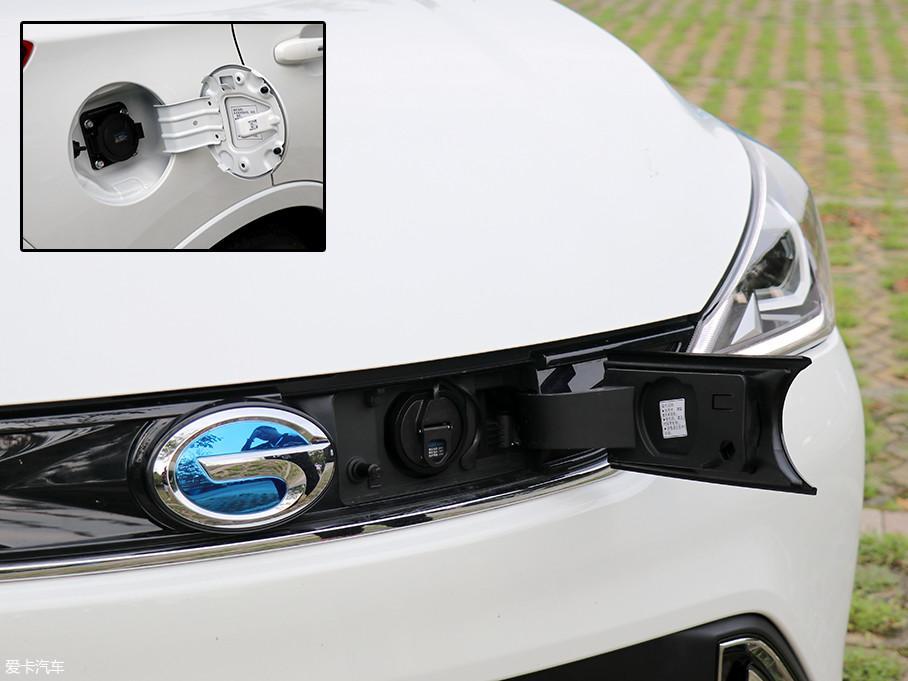 快充接口位于车头LOGO的一侧,30min便可将电量充至80%,慢充接口则位于车尾处,充满需要8h。