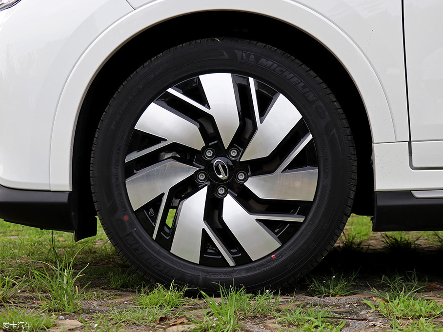 GE3的轮圈造型较为新颖,双色的设计提升了时尚气息。配备的米其林PRIMACY 3ST轮胎尺寸为215/55 R18,在性能与静音方面均有所提升。