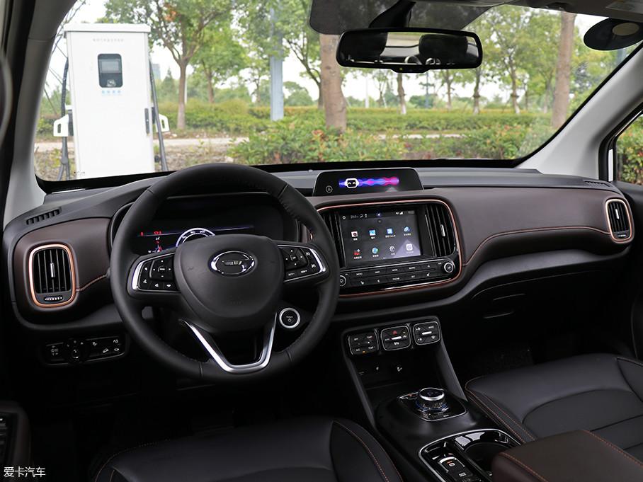 GE3车内的设计风格与外观截然不同,对称的中控台采用了圆角的设计风格。全液晶仪表盘、互动双屏以及旋钮式的挡杆设计等极具科技感。