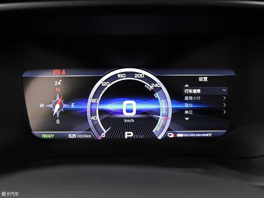 全液晶仪表盘尺寸达到10.1英寸,界面的设计也极具科技感。中间的速度表十分醒目,通过方向盘上的功能键可在仪表盘右侧显示平均电耗、电机转速、短期记忆、胎压/胎温等功能。