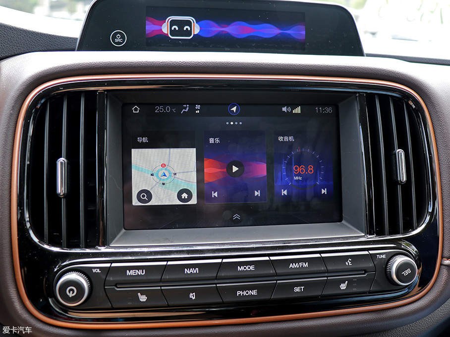 中控台上两块互动屏幕依旧出现在新款车型之上,8英寸的主屏幕内部集成了广汽新能源AI系统,包含了五大核心内容,分别为QQ音乐、社交出行、实时导航、一键找桩以及智能语音。