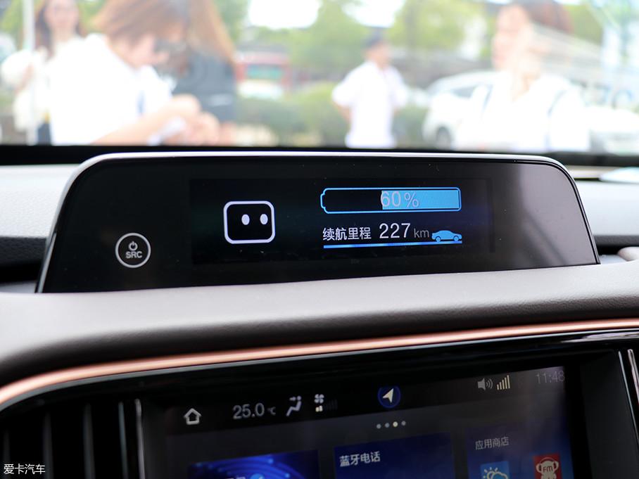 小屏幕可显示电量、续航里程、时间、娱乐系统等。根据不同的需要进行转换,更加直观的了解车辆的信息。