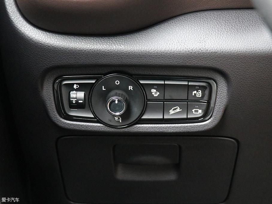 在中控台的左侧排列着大灯高度调节、后视镜电动调节、360°全景影像、陡坡缓降以及充电接口锁定等功能按键。