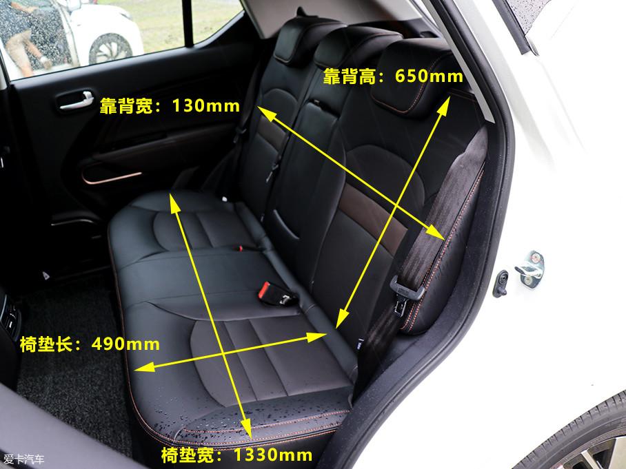 后排座椅设计较为规整,椅垫宽厚柔软,靠背上方配备了三个头枕,保证了后排所有乘客的舒适度。