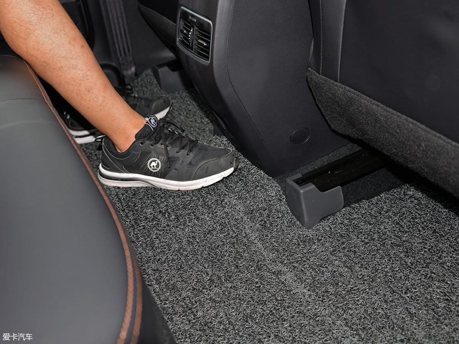 由于GE3采用了纯电专属平台的缘故,后排地板基本没有任何凸起,保证了中间乘客的舒适度。
