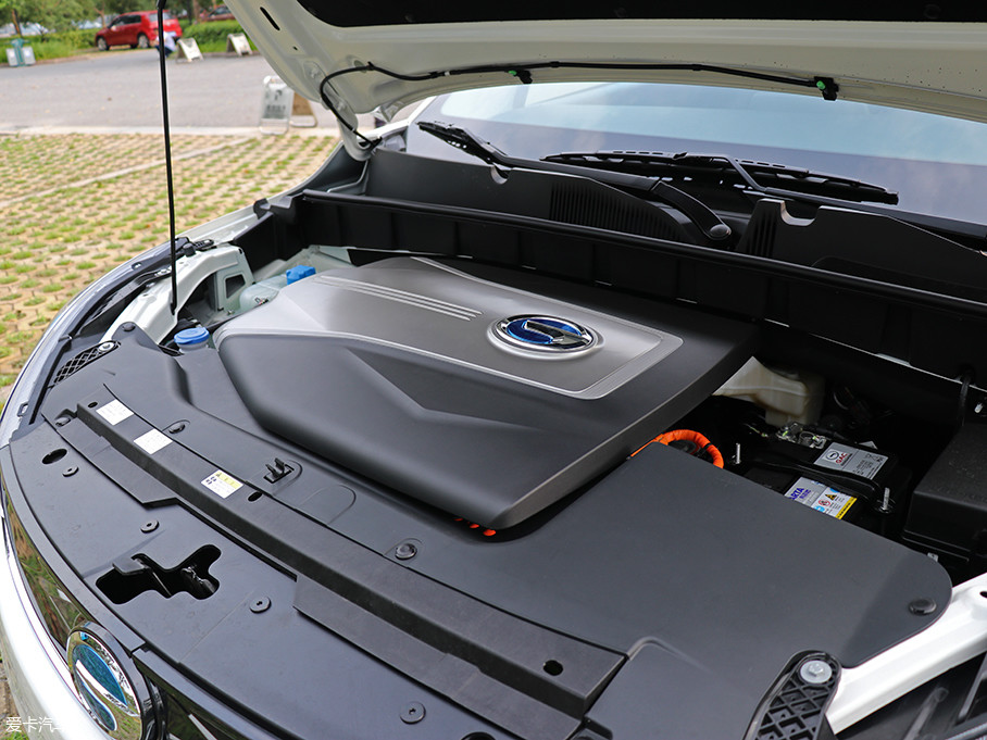 GE3搭载的永磁同步电机最大功率为132kW(180Ps),最大扭矩为290Nm,高达160Wh/kg能量密度的电池容量为47kWh,在NEDC综合工况下续航达到410km。
