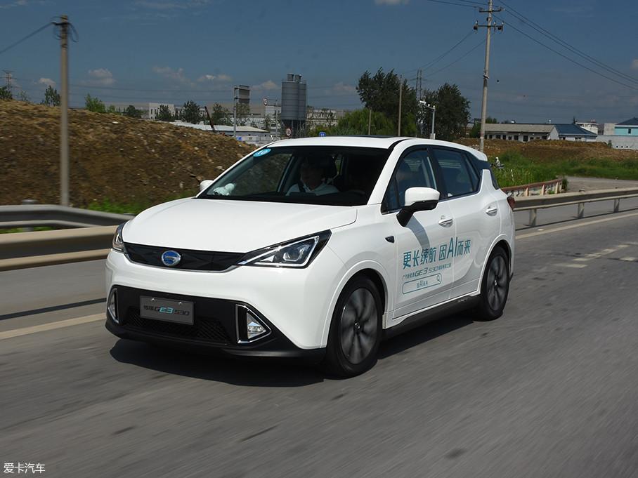 基于广汽新能源首款纯电平台打造的GE3,前后轴荷分布平均,提升了车辆行驶的稳定性。尽管车重1667kg,但该车在起步时的推背感依旧强烈。