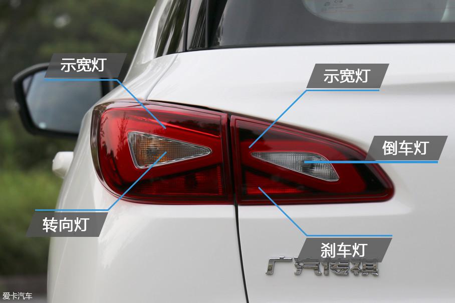 """GE3的尾灯内部同样具备了""""三角""""的元素,整个尾灯采用了分体式结构。LED光源的灯带在夜晚点亮时拥有较高的辨识度。"""
