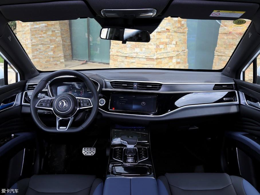 """内饰方面,风光ix5的车厢内有许多横向线条,给人大气、时尚的感觉,用料方面也体现出中型车的水准。中控屏幕与大面积钢琴烤漆面板融为一体,有些数码产品界""""无边框设计""""的意思。"""