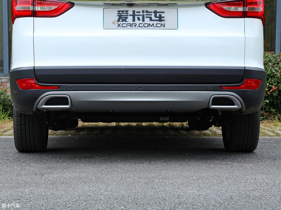 作为一款电动车,后杠处的双边单出排气布局自然只是装饰。