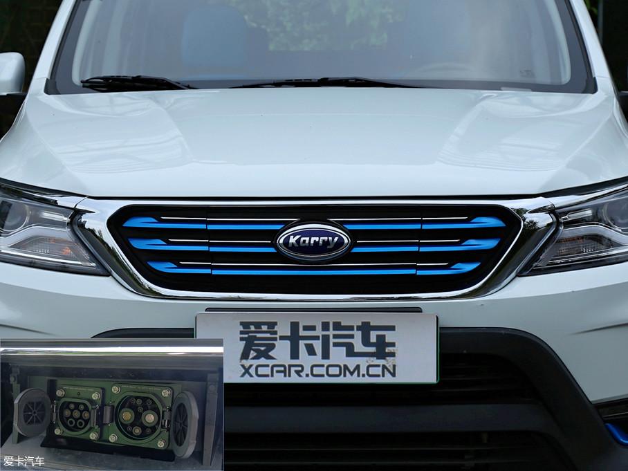 """前格栅部分,开瑞家族的""""牛角""""DNA得以延续,原先的银色镀铬饰条被喷涂成蓝色,象征新能源车的环保特性。格栅的中间部分可以打开,内为慢充和快充插口。"""