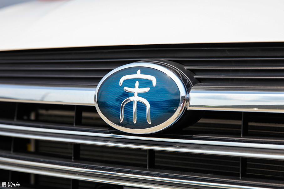 """和燃油版车型不同,全新一代宋DM用蓝色衬底为背景烘托出了篆书的""""宋""""字。"""