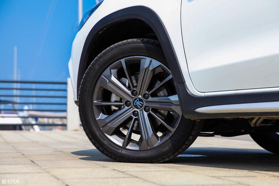 全新一代宋DM全系配备18、19英寸两种规格的轮圈,我们实拍的车型采用19英寸轮圈,并喷涂了枪灰配色,视觉效果比较动感。车辆配备了规格为235/50 R19的固特异轮胎。