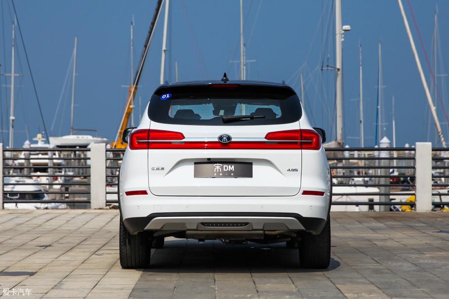 车尾部分,全新一代宋DM使用了和唐、秦一样风格的贯穿式尾灯,远远看去十分有辨识度。4.9s的性能标签位于尾门的右下角,暗示着它充裕的动力储备。