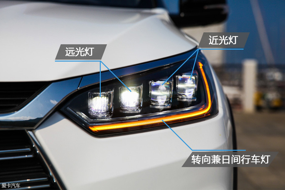 全新一代的宋DM全系配备了LED大灯,灯组内部由4颗LED构成。靠外侧的两颗LED用作近光灯,内侧的LED负责远光照明。转向灯和日间行车灯合二为一。