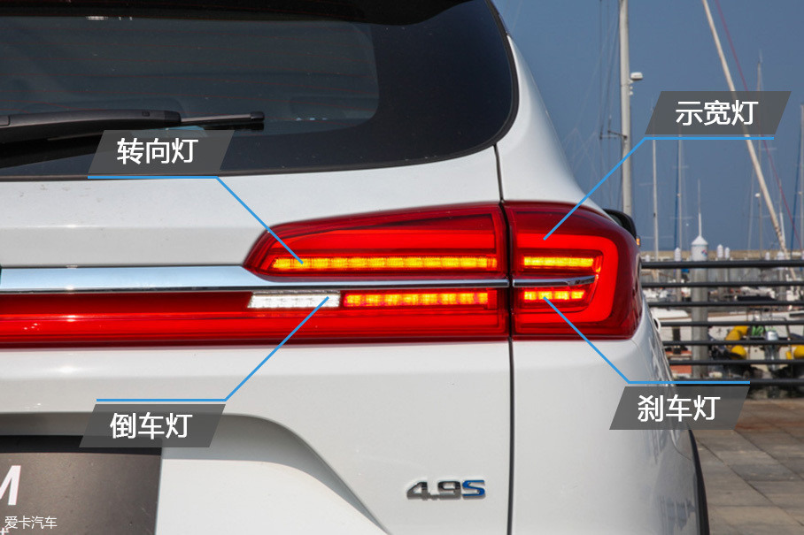 和头灯组一样,这辆车的尾灯也使用LED光源,转向灯采用动态流水的设计,视觉效果不错。