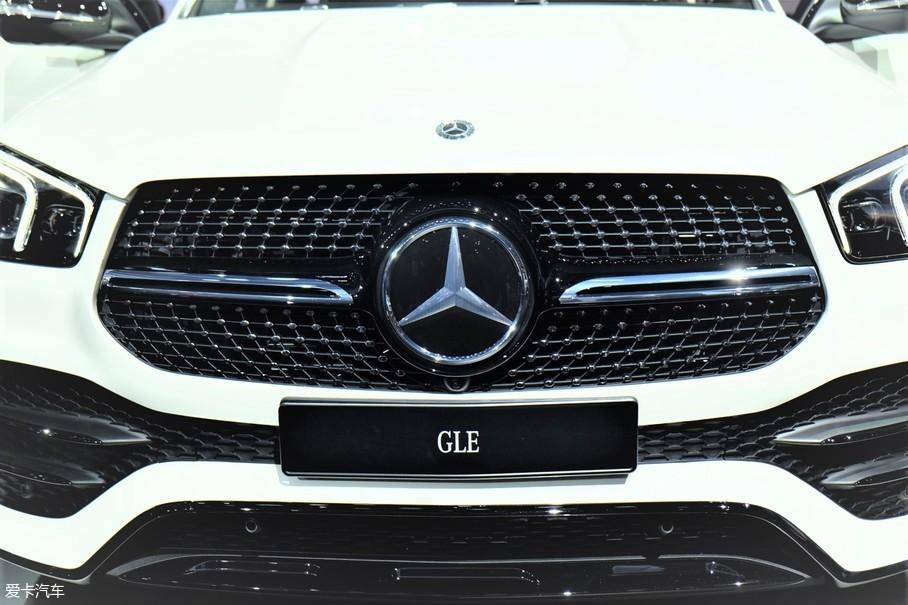 全新GLE采用最新的家族式设计,并提供两种不同的造型,一种采用双横幅式进气格栅,并经过镀铬处理,整体样式更显豪华;而这辆展车为AMG的前脸样式,单横幅+星辉式前进气格栅与下方的进气口面积更大,整体造型更加运动。