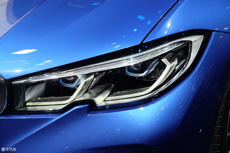 """但细节上却有很大改变,车头最显著的改变是大灯造型取消了开眼角的设计,并增加了类似于标致4008上的""""豁下眼睑""""的造型,好看与否暂且不说,看着这双""""狮爪眼"""",总有些借鉴的嫌疑。另外在灯组内部,宝马一直坚持的天使眼也被新的瓣形LED灯带所取代。"""
