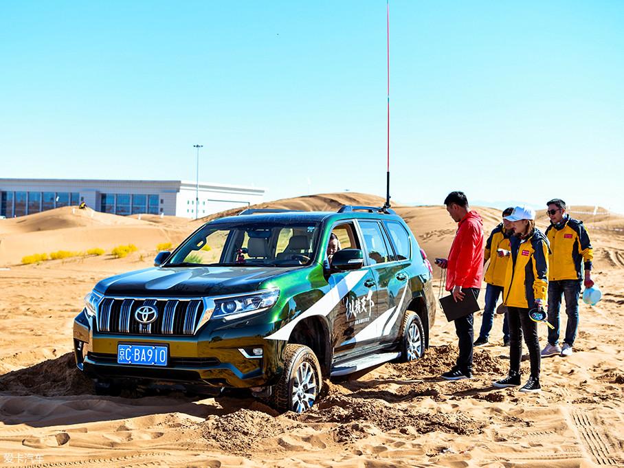 这70名车主可不仅仅是观光而来,而是要代表各自大区进行比赛,比赛内容主要为生存探险、沙漠试驾、沙漠救援及脱困等项目。