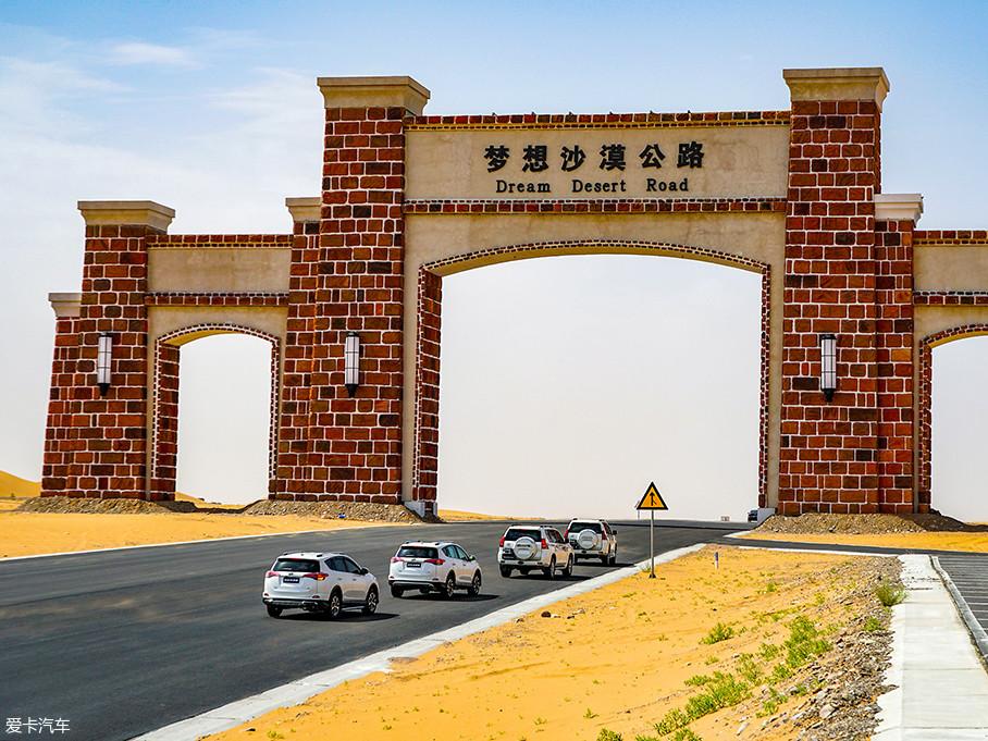 """沿着京新高速一路前行即可抵达梦想沙漠公路附近,很多越野爱好者称之为中国的""""66号公路"""",沿路可以观赏到沙漠、戈壁、湖泊等各种景色。"""