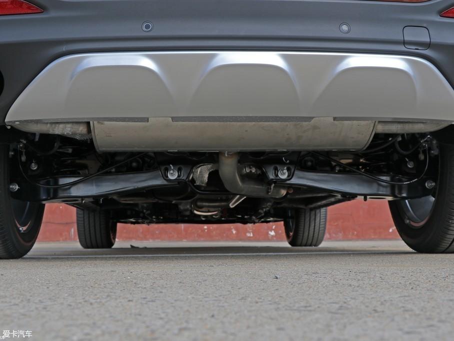 名爵HS使用前麦弗逊后多连杆独立悬挂组合,各零部件间集成了许多橡胶衬套,整个底盘在缓冲、过滤路面起伏时更得心应手。