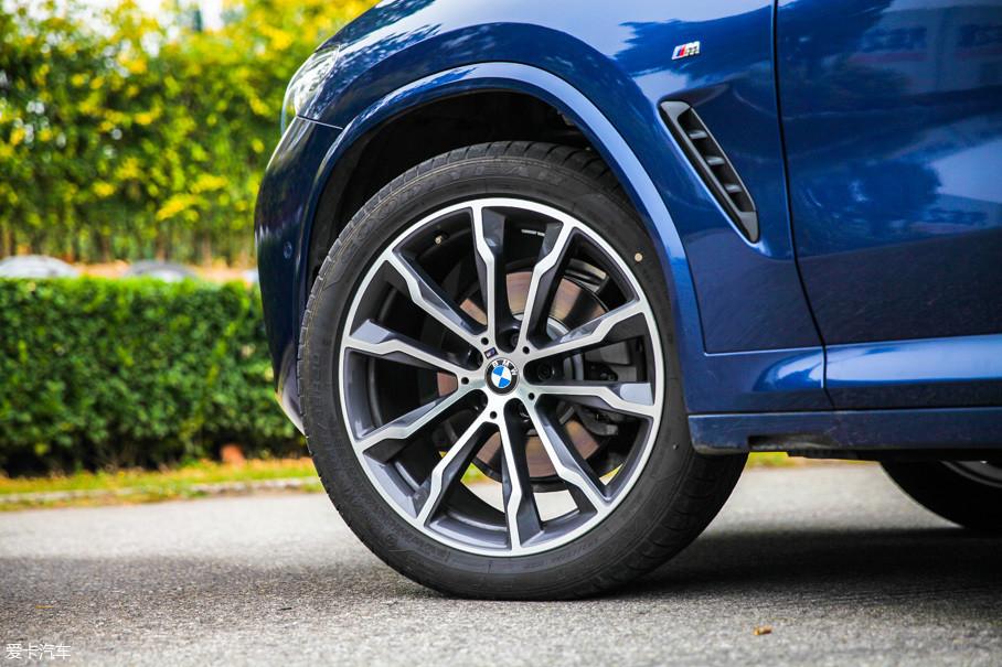 顶配X3使用20英寸的十辐式轮圈,视觉效果出色。轮胎使用前窄后宽的规格,前245/45 R20后275 40 R20。