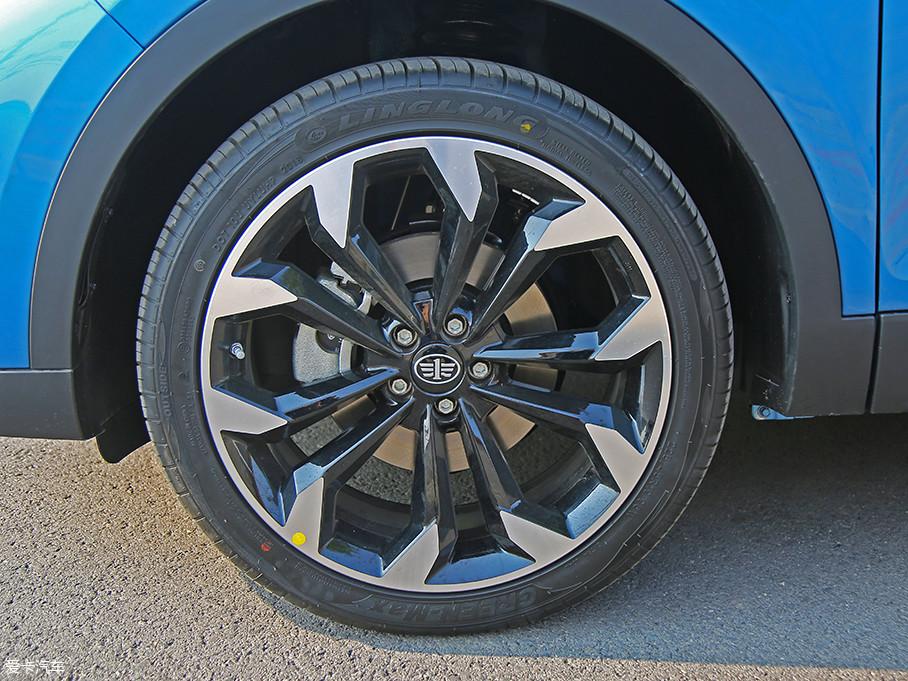 实拍车型配备了规格为225/45 R19的玲珑牌GREEN-Max系列轮胎,其实这款轮胎主要适用于高档轿车,但由于其低噪声和稳定性高等特点,不少中国品牌SUV也开始配备这款轮胎。